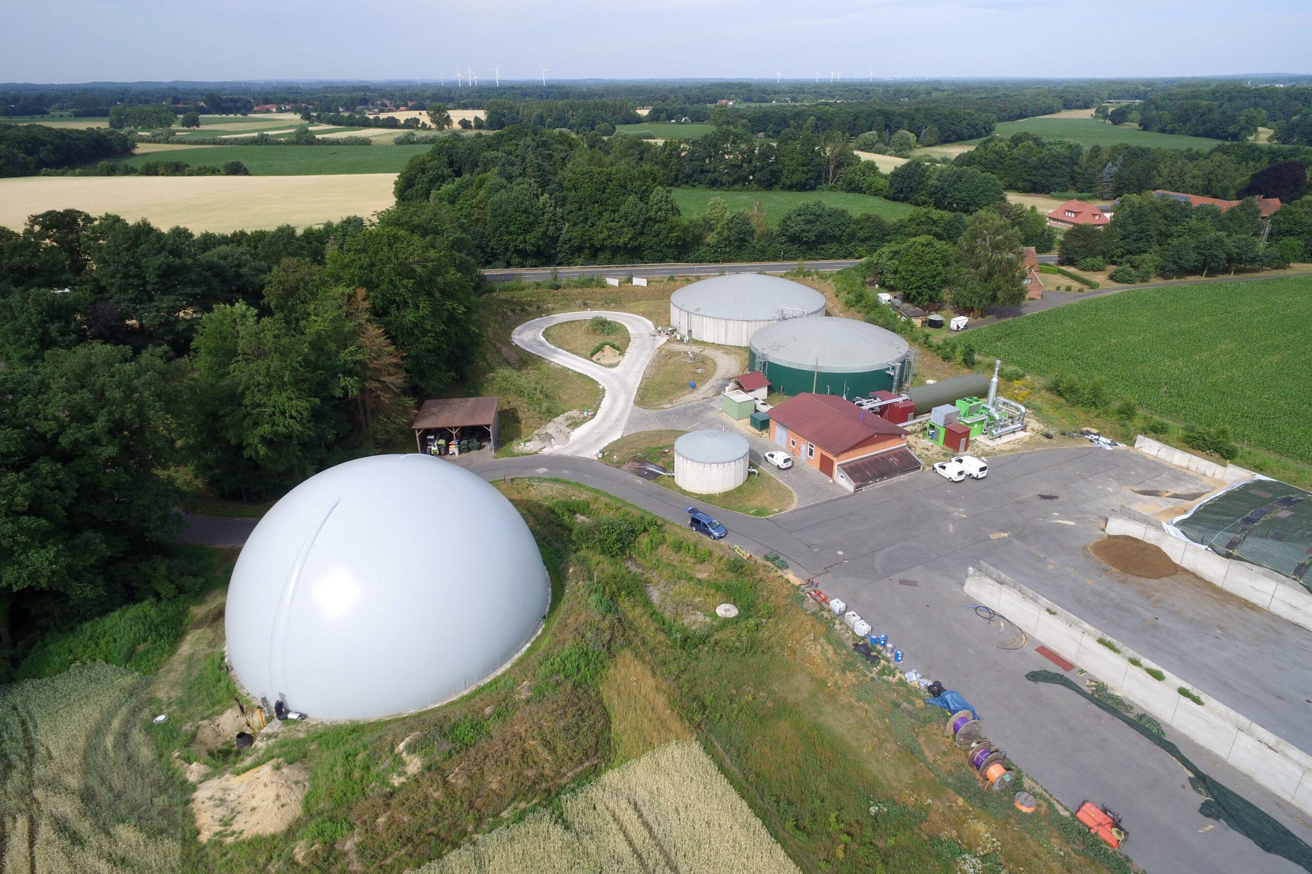 Foto einer Biogasanlage aus der Vogelperspektive.