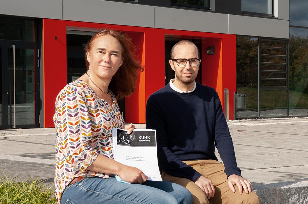 Professorin Carla Johanna Vogt (links) und Dr. Marco Rogna präsentieren an der Hochschule Bochum ihre Forschungsergebnisse.