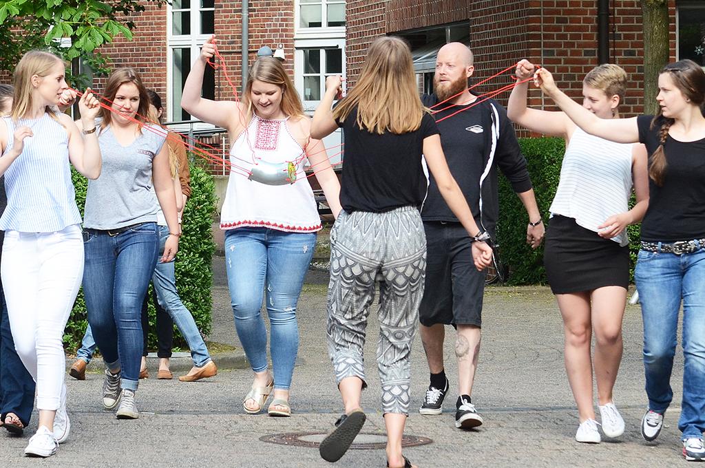 Studierende führen eine Bewegungsübung durch.