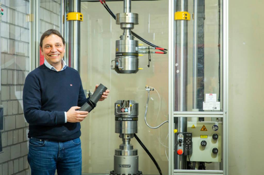 Prof. Dr. Jochen Blaurock vor dem Hydropulser, mit dem die Experimente im Forschungsprojekt durchgeführt wurden.