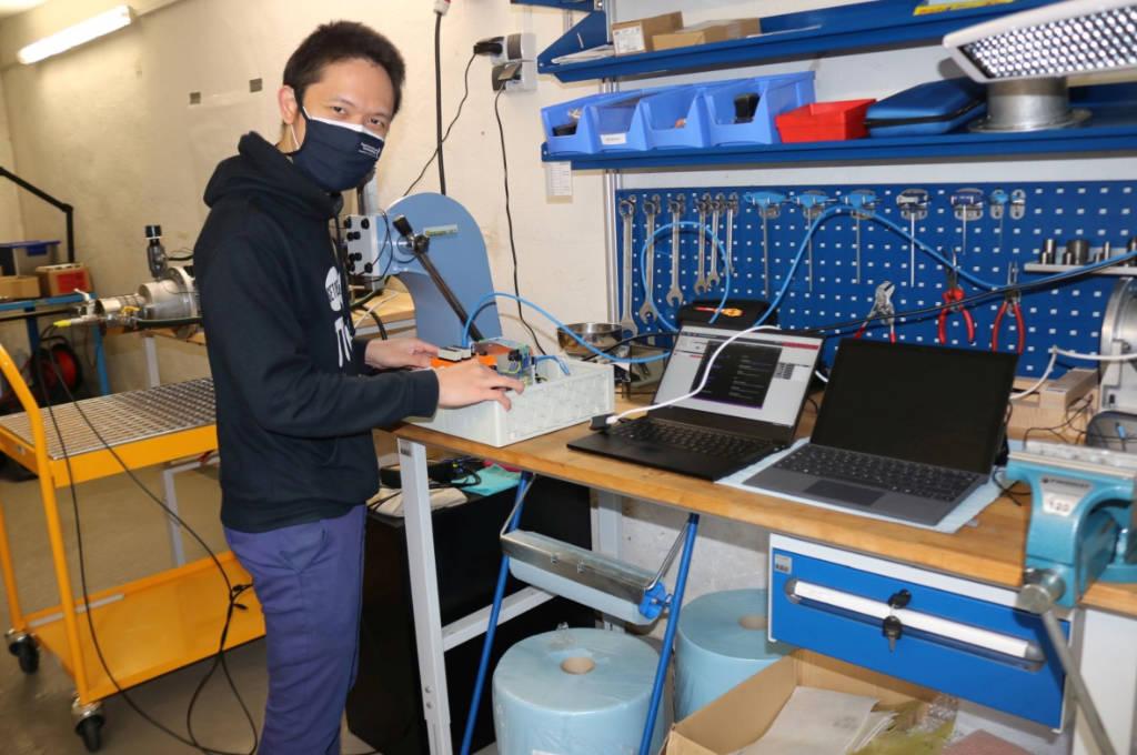 Wissenschaftlicher Mitarbeiter Mochammad Rizky-Diprasetya kontrolliert die Daten, die mittels eigens entwickelter Software ermittelt werden.