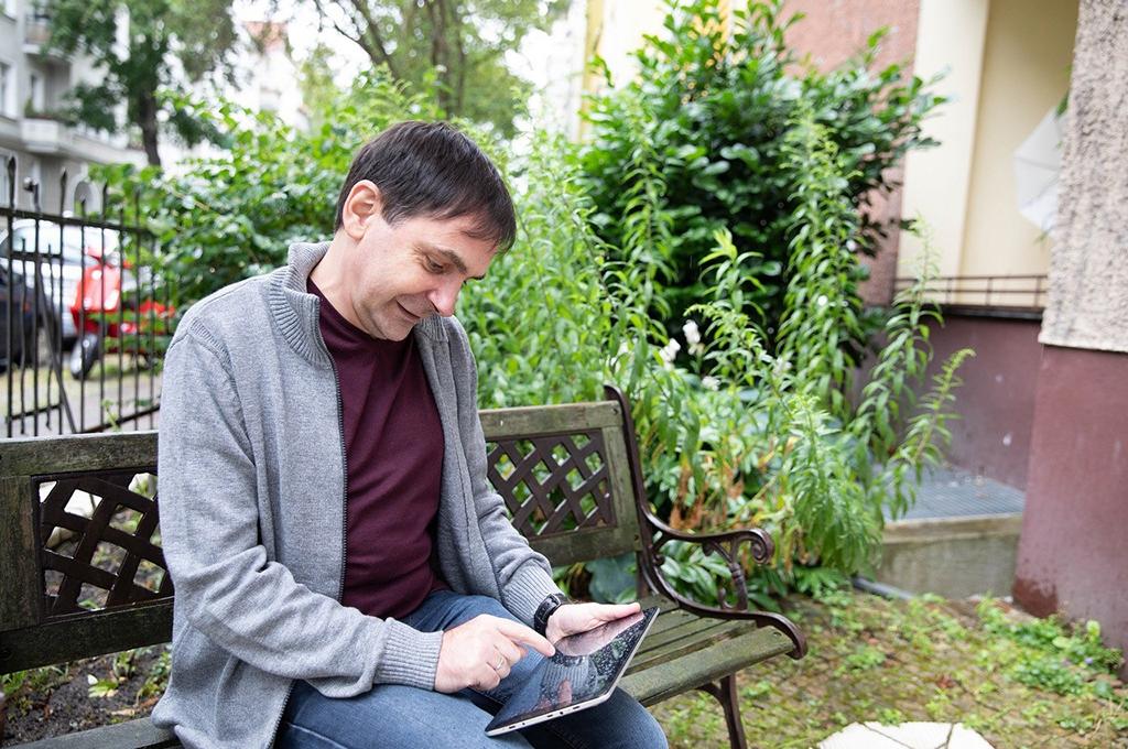 """Digitale Hilfsmittel unterstützen Menschen mit geringer Literalität bei der Bewältigung ihres Alltags. Jetzt kommt im Forschungsprojekt """"ALFA-Bot"""" erstmals die Chatbot-Technologie zum Einsatz. (Bild: BMBF/Bild-Kraftwerk/Kurc)."""