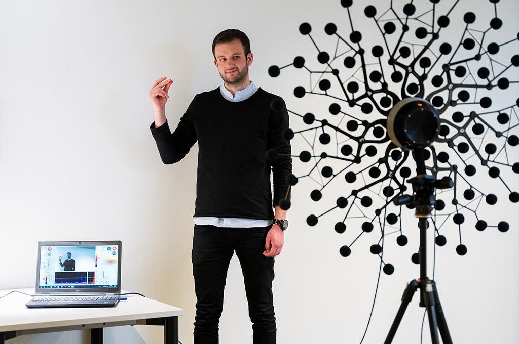 Das Ziel von MOSES ist es, leistungsstarke Algorithmen zu entwickeln, die die bisherige Lokalisationsleistung von Akustikkameras optimieren und die Herstellung einer kleineren, mobilen Akustikkamera ermöglichen. (Bild: Felix Hüffelmann   FH Bielefeld).