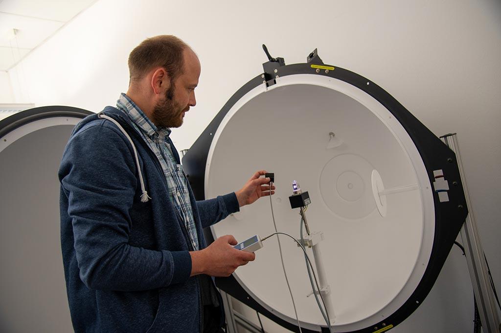 Dr. David Enseling untersucht die spektrale Verteilung von UV-Strahlungsquellen