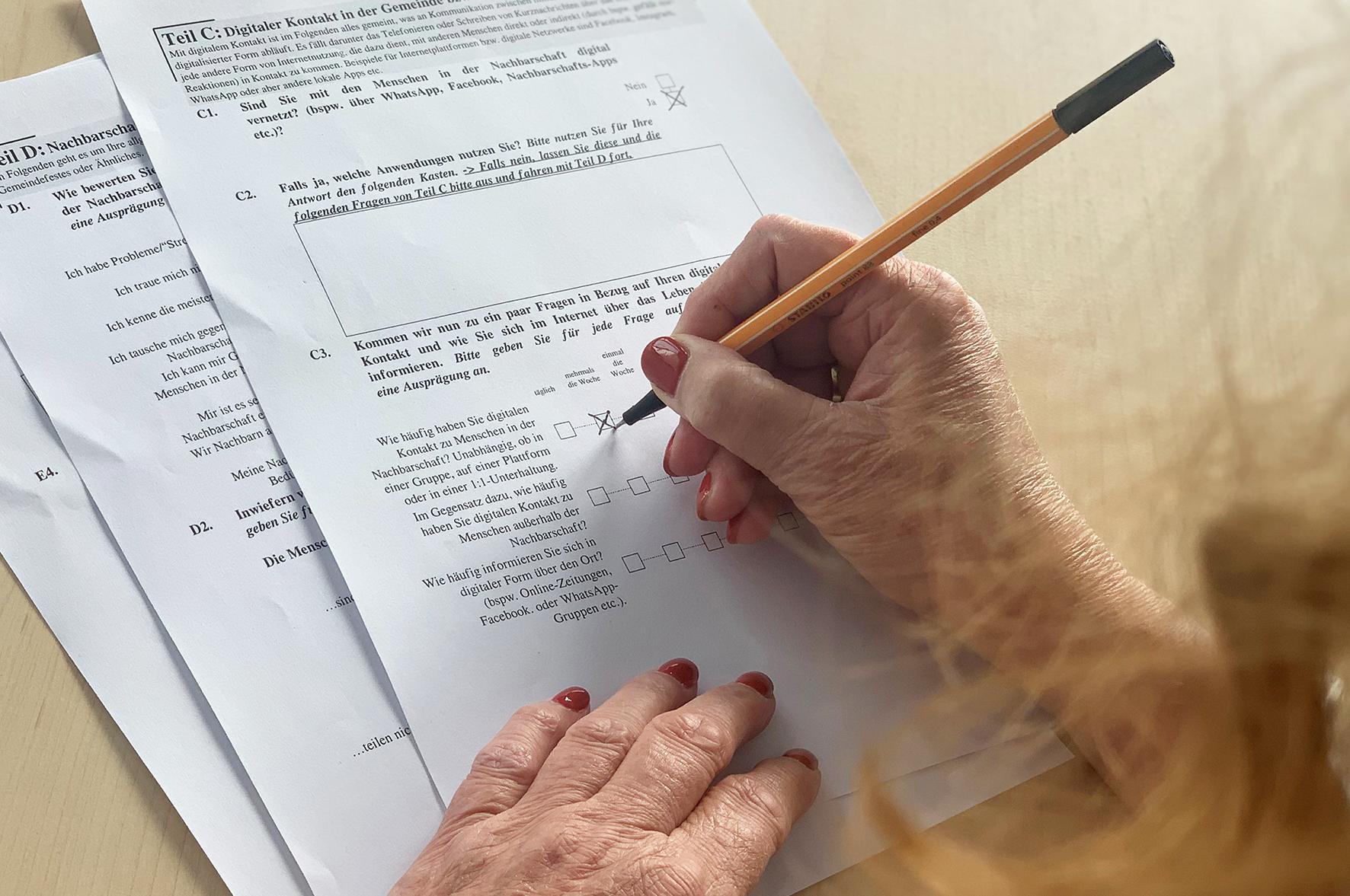 Eine Frau füllt einen Umfragebogen aus