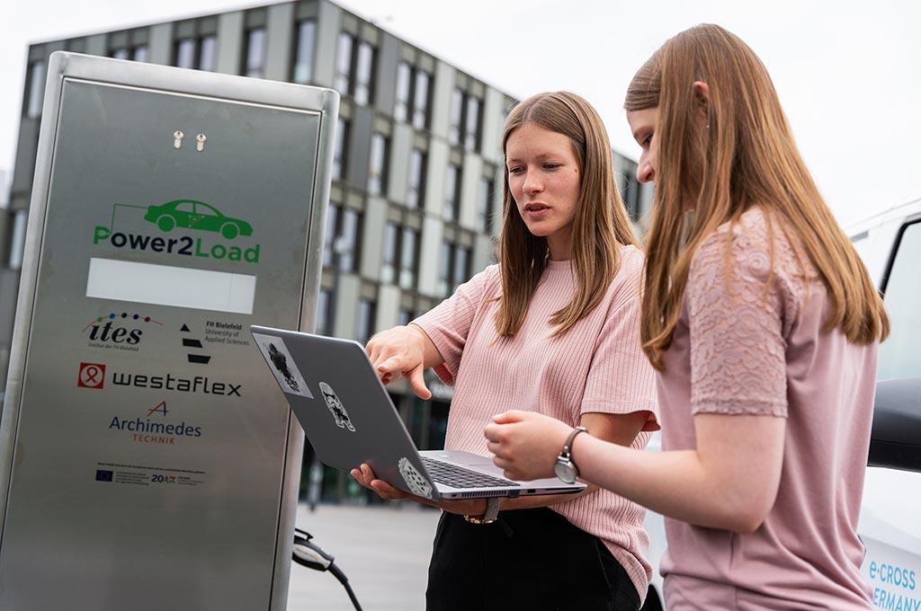 Projektmitarbeiterin Katrin Schulte (links) liest die Leistung zum Laden der einzelnen E-Fahrzeuge aus.