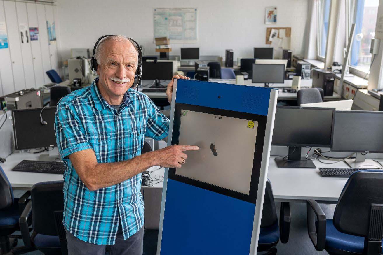 Professor Hans-Günter Hirsch entwickelt eine robuste Spracherkennung (Bild: Hochschule Niederrhein).